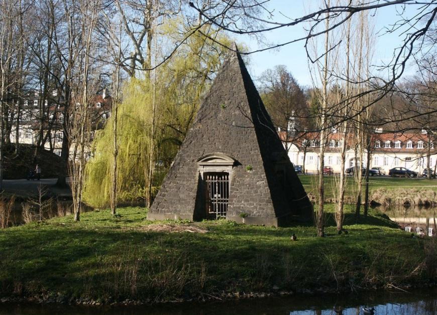 Пирамида в парке Вильгельмсбада в честь принца Фридриха (сына принца Вильгельма)