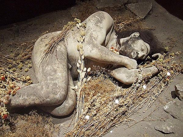-40 300 лет до н.э. Неандертальцы похоронили юношу в позе спящего