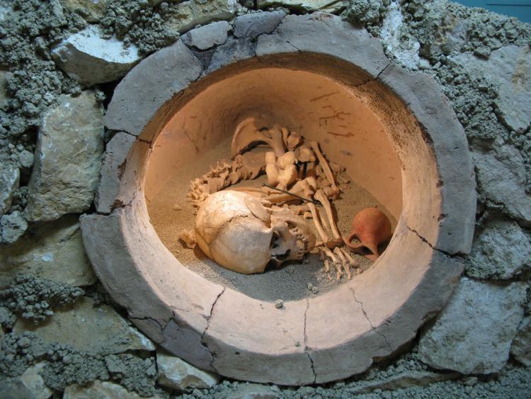 -5500 г. до н.э. Люди хоронили умерших отдельно от жилищ в пифосах